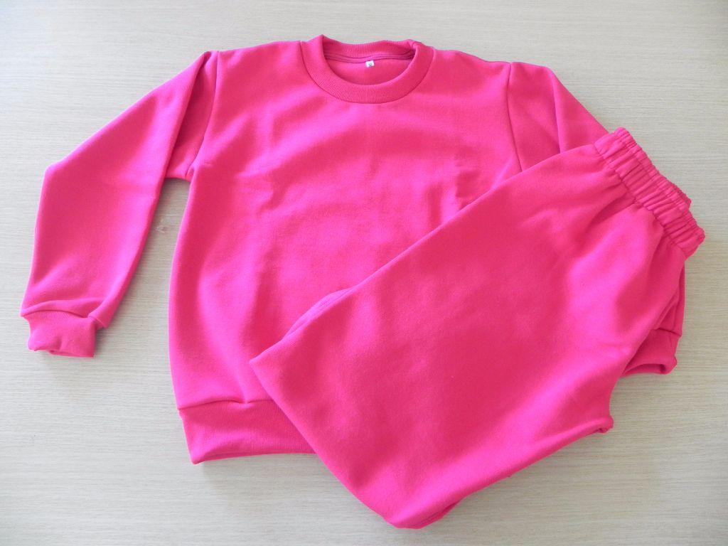 Modelo infantil, composto por jaqueta e calça, e com versão na cor azul-marinho.