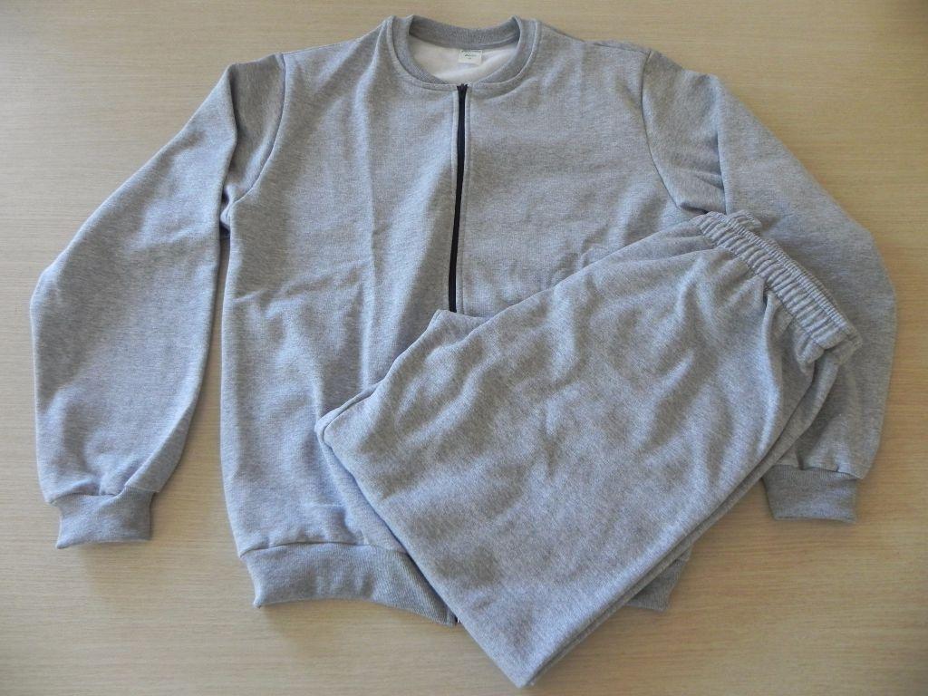 Conjunto adulto, composto por jaqueta e calça.